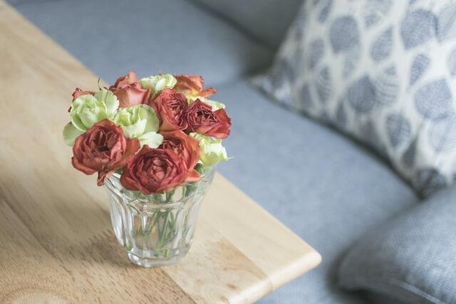 花瓶をテーブルに飾っている