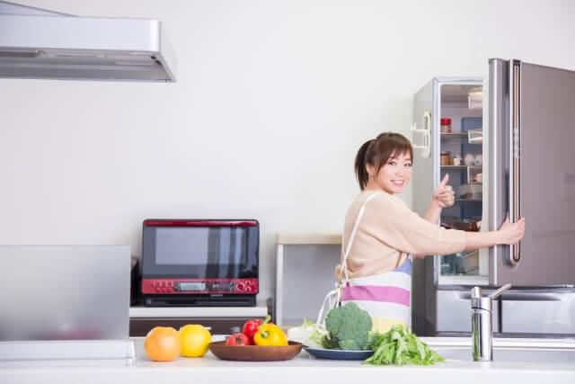 冷蔵庫を開けている女性