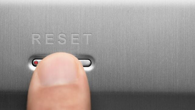 リセットボタンを押している
