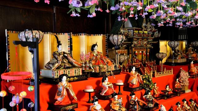 雛壇に飾られた雛人形